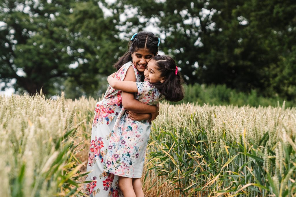outdoor photography, sisters cuddling